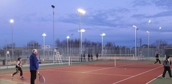 Des courts de tennis uniques dot s d 39 un clairage led for Eclairage court de tennis exterieur